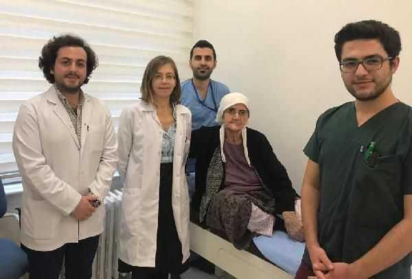 74 yaşındaki kadına bacak kemiğinden çene kemiği yapıldı